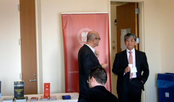 3 men talking before the conference starts